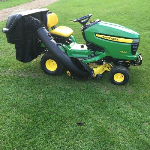 john deere x300 ride on mower lawn tractor bertie green. Black Bedroom Furniture Sets. Home Design Ideas